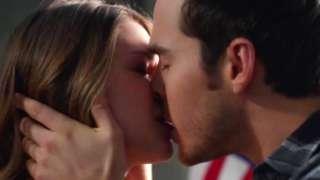 supergirl-mon-el-kissing