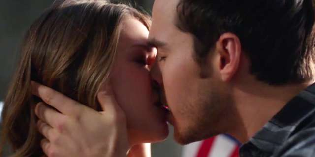 supergirl-mon-el-kissing