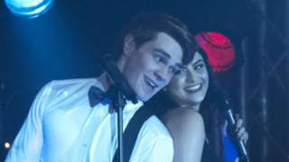 archie-veronica-sing-riverdale