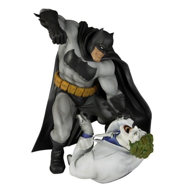 BATMAN v SUPERMAN: nova foto oficial do Batmóvel. P.Q.P! Frank-miller-dark-knight-statue-102036