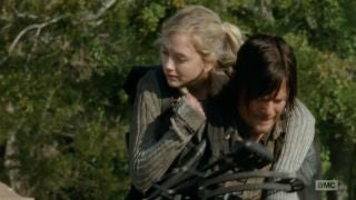 Beth and Daryl piggybackride oh so really cute1