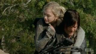 Beth and Daryl piggybackride oh so really cute1
