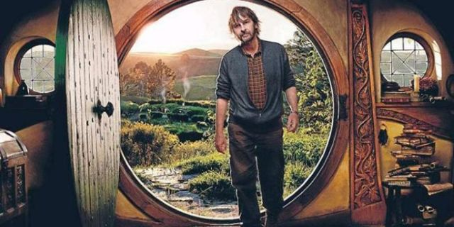 Peter-Jackson-in-Bag-End-the-hobbit-20391804-700-465