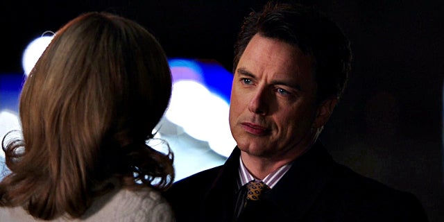 arrow-years-end-queencest-oliver-thea-queen-159-malcolm-merlyn-and-moira