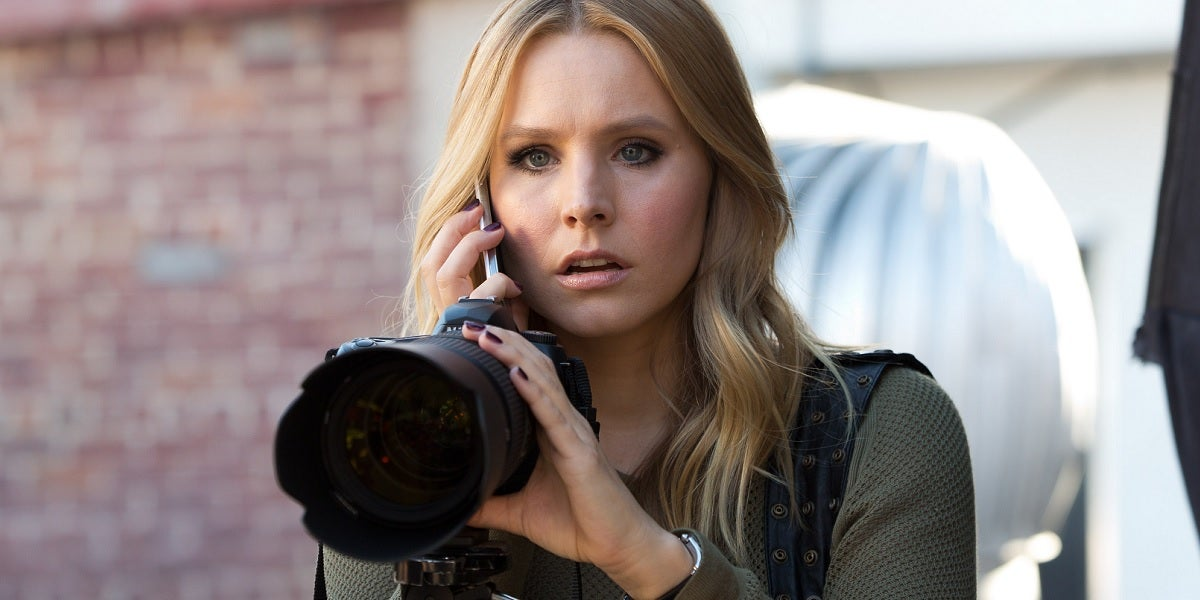 Kristen-Bell-as-Veronica-Mars-with-camera
