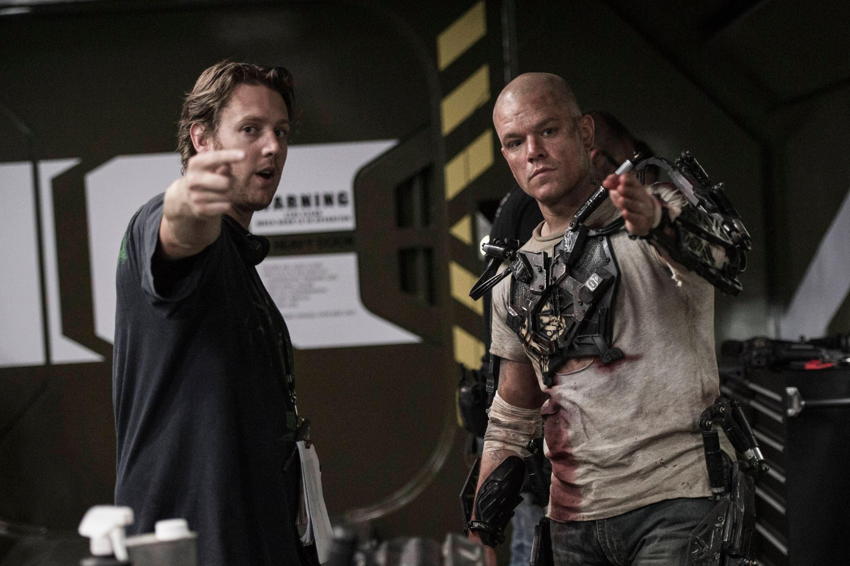 Neil-Blomkamp-and-Matt-Damon-on-Elysium-set