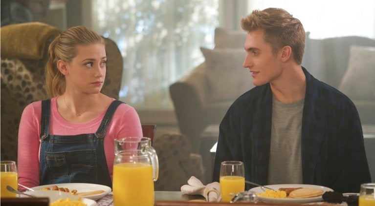 """riverdale-chic-cooper-betty-friends-hard-denton-interview """"title ="""" riverdale-chic-cooper-betty-friends-hard-denton-interview """"height ="""" 422 """"wide ="""" 767 """"daten- item = """"1075676"""" /> </figure> <p>  If you kill a man and only discard your car for the car to be discovered and claimed by the dead woman's girlfriend, that girlfriend's call is probably not very good. But in today's episode Chic is just that. Instead of keeping quiet and letting things go, Chic Darla, the drug dealer's girlfriend who murdered her, contacted Alice and Betty. This causes Darla to appear in the Cooper house, to Alice blackmailed – $ 10,000 or she goes to the sheriff. </p> <p>  While Darla's blackmail scheme does not stop It goes as planned – even if she manages to get the money – why did Chic ever reach her? He claimed to never hit her before to have, when he had told Alice and Betty, we The car dealer owned the car, but he did not seem to have a problem endangering Alice and Betty. We can not help wondering if that has always been part of Chic's plan. It seems somehow suspicious. Chic reaches out for the drug dealer's dodgy girlfriend, whom he has killed willing to leave things for a change as soon as Betty inherits part of the Blossom fortune? It looks like Chic is conspiring with Darla, but what his final is is still a mystery. </p> <p><svg role="""