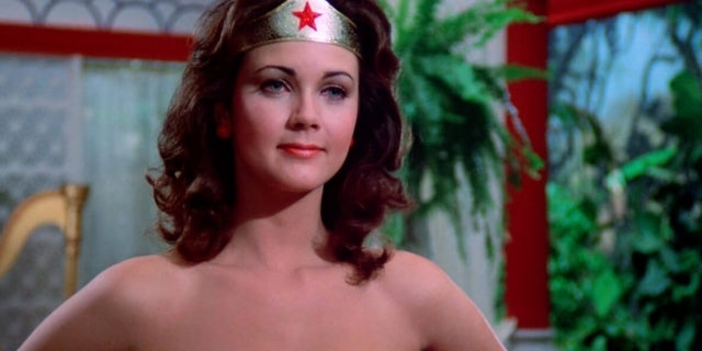 Did wonder woman have a cape-8930