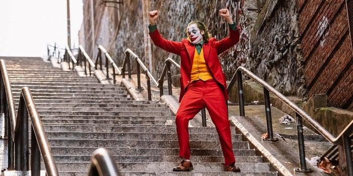 獨具特色的心靈驚悚漫畫改編電影-《小丑》公開了 3 張全新劇照!