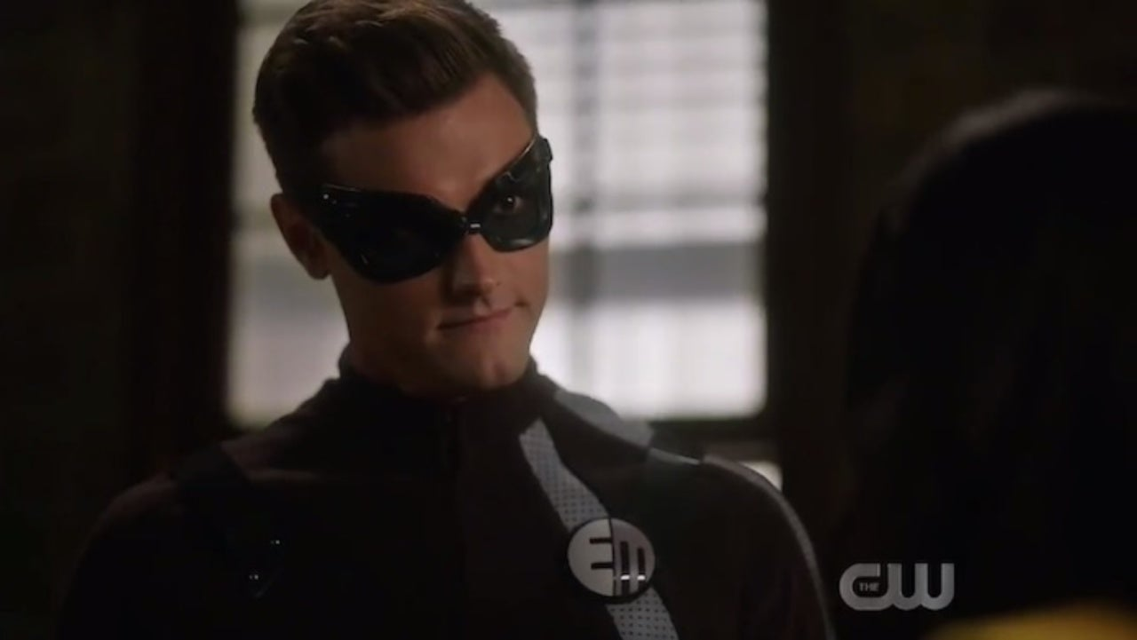 The Flash Reveals First Look At Elongated Man S Symbol In License