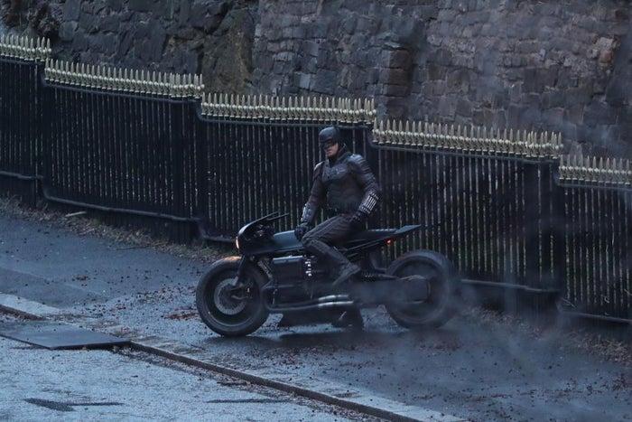 the-batman-motorcycle-stunt-1-1208271.jpeg?auto=webp&width=700&height=467&crop=700:467,smart