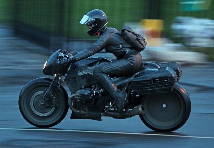 the-batman-motorcycle-stunt-2-1208272.jpeg?auto=webp&width=700&height=485&crop=700:485,smart