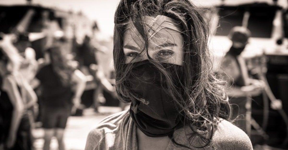 Wonder Woman 1984 Gal Gadot Wear a Mask Photo