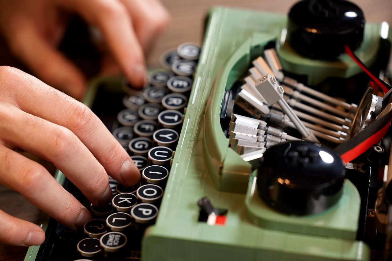 LEGO-Typerwriter-21327_Lifestyle_10