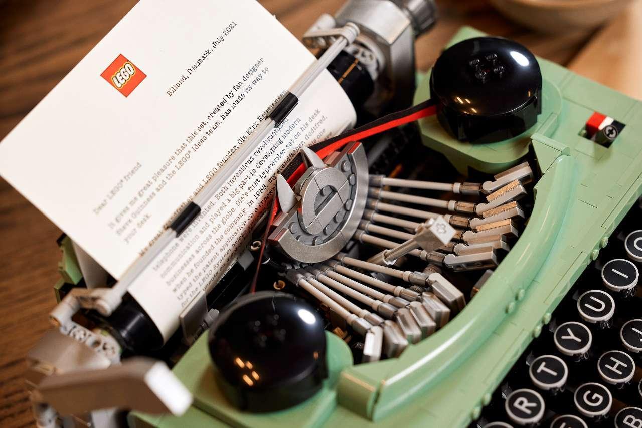 LEGO-Typerwriter-21327_Lifestyle_12
