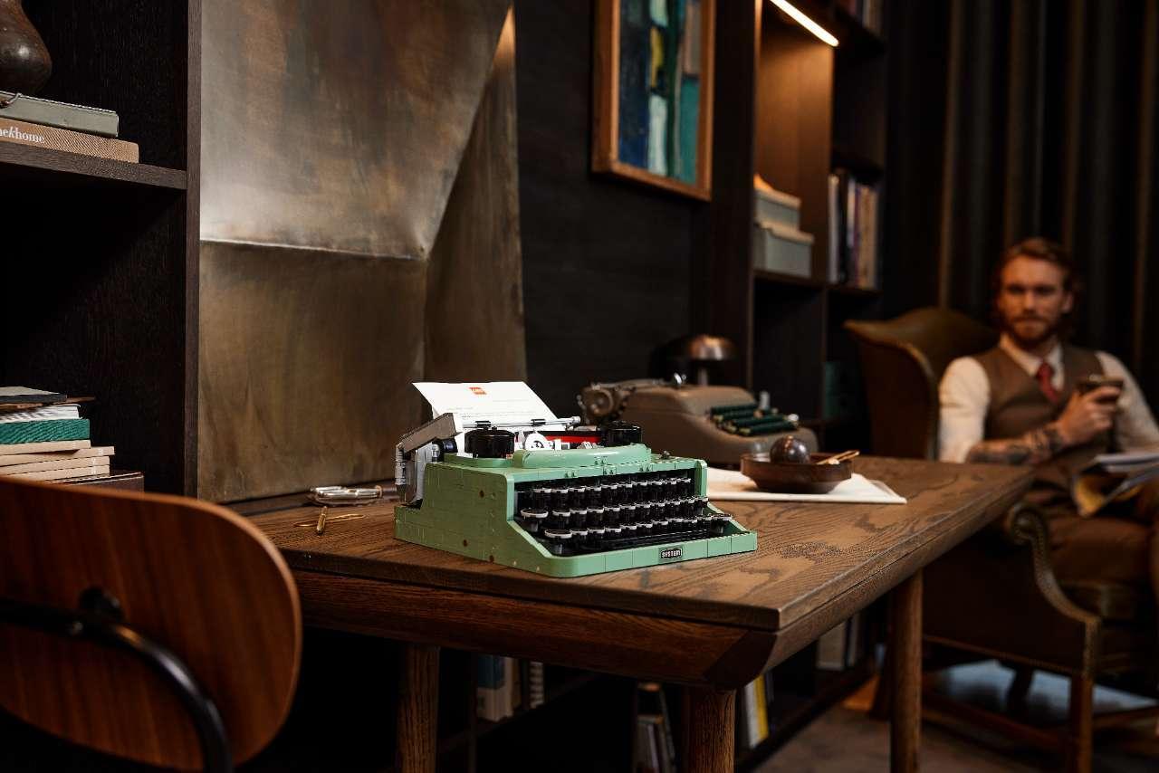 LEGO-Typerwriter-21327_Lifestyle_Envr