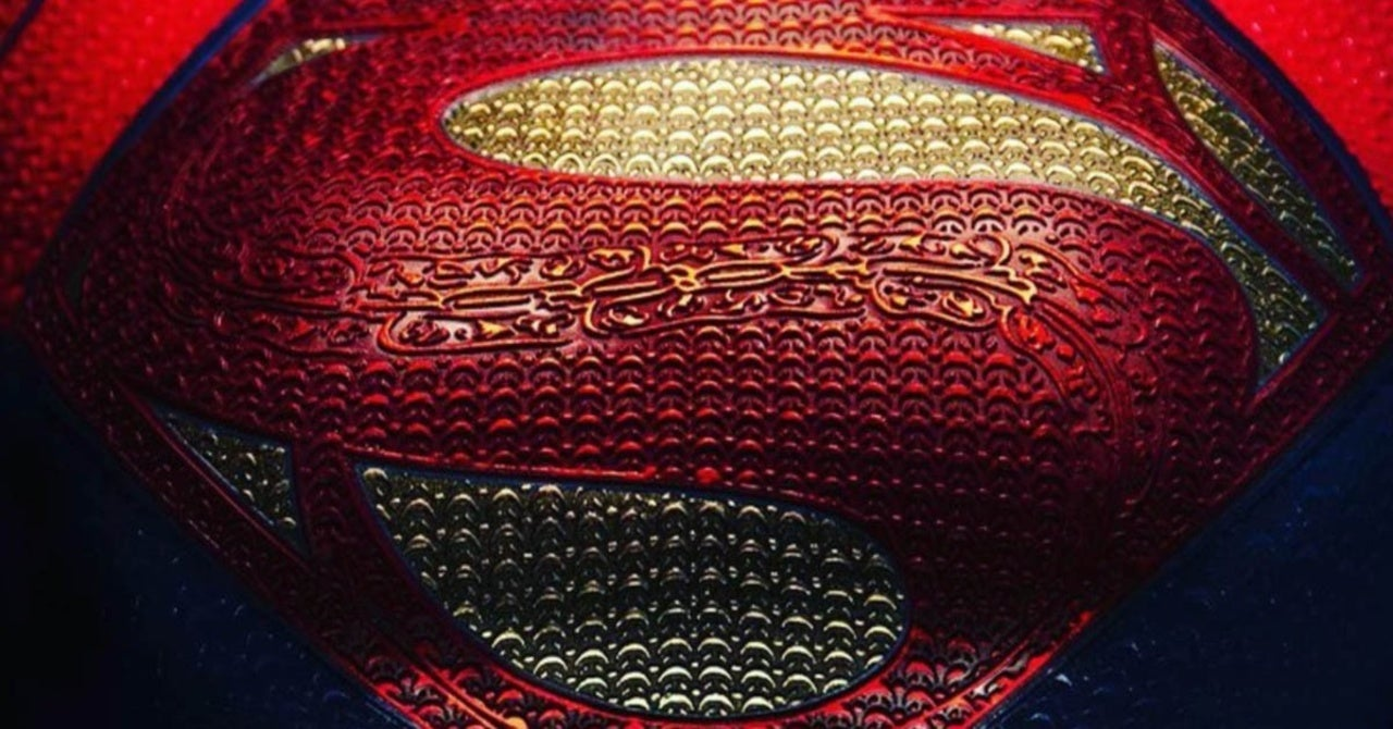 supergirl-the-flash-costume-first-look-1