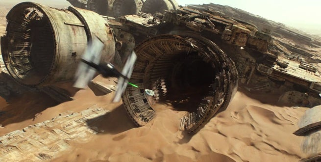 star-wars-the-force-awakens-millennium-falcon-chase