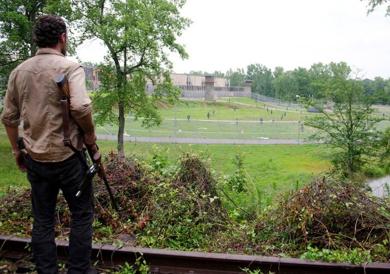 the-walking-dead-season-3-prison-walkers