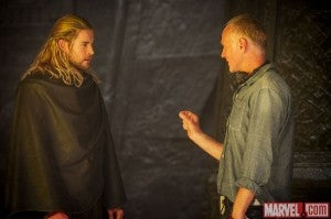 thor-dark-world-chris-hemsworth-alan-taylor-set-photo-600x399