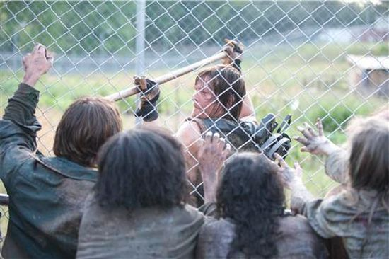 Walking Dead Season 4 Daryl killing Walkers